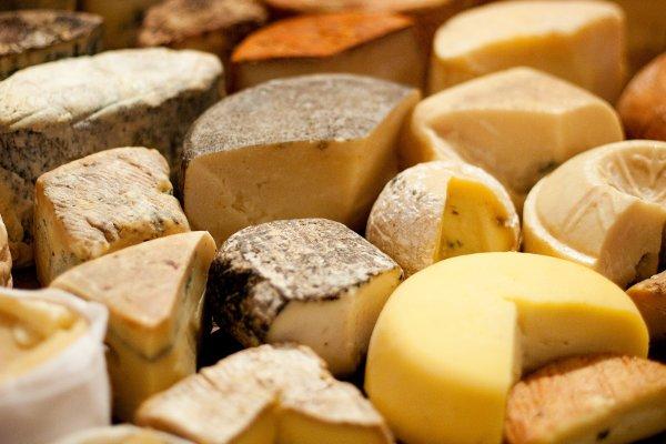 Patés y quesos deliciosos en tu mesa.
